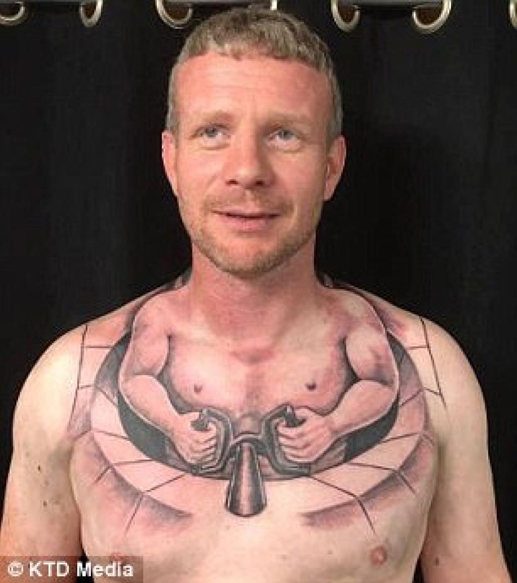 Le Tatouage Situe Sur Le Torse De Ce Camionneur Fait Le Buzz Il S